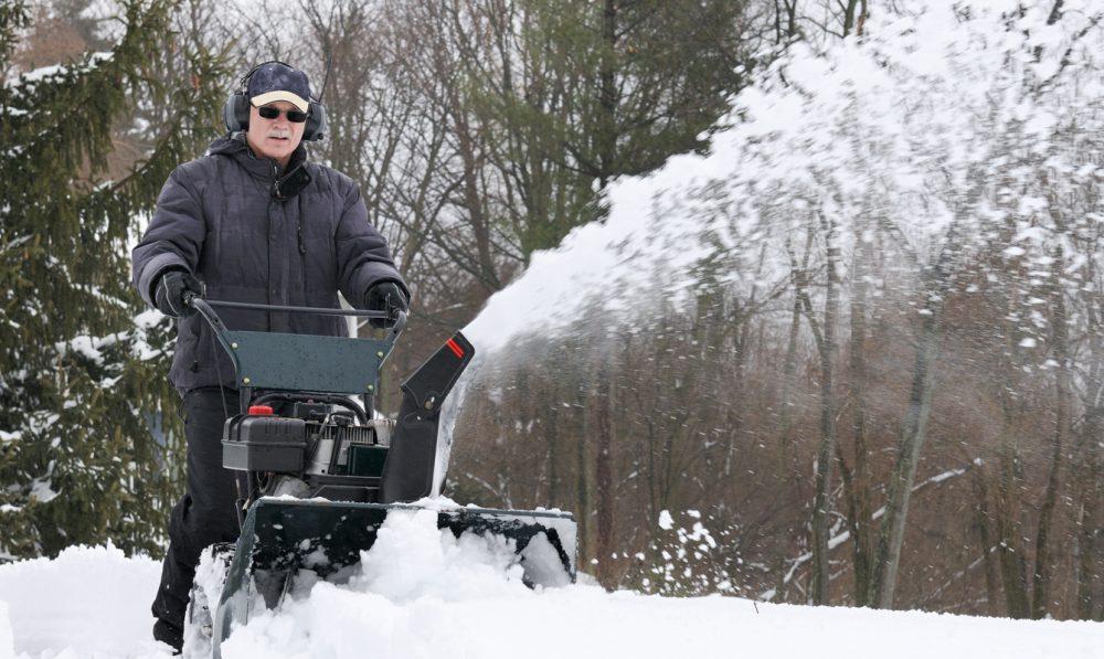 Alert Senior hjälper till med snöskottning